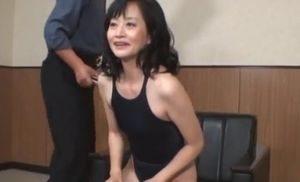 46歳の熟女が競泳用水着を着てファックw