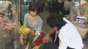 貧乳胸チラ見せて誘う花屋のお姉さんとパイパンファックw