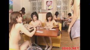 (裸がいっぱい)自分以外は女性客もウェイトレスもみーんな裸に見える眼鏡wwあったらマジ欲しいwww【Tube8】