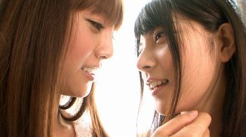 人気AV女優の茶髪ギャルのみづなれい、黒髪ストレートの上原亜衣が明るい部屋で美しいレズプレイww【Share Videos】