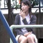 病院の外でちょっと休憩中のナースのパンチラを隠し撮りww純白のパンティ、いいですねw【FC2動画】