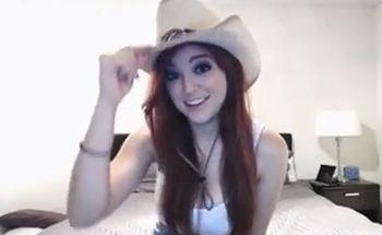 (外国の美女)外国の赤毛お姉さんがテンガロンハットのカウボーイコスで見事な爆乳おっぱいをライブチャットでぷるぷる揺らすww【Pornhub】