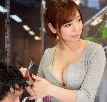 (吉澤友貴)ポニーテールのドスケベな美容師がカット中におっぱい吸わせたりフェラしたり…他のスタッフの目を盗んで声を殺して…【Tube8】