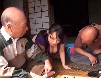 旦那との夫婦生活に不満がある爆乳若妻が近所の爺さんたちに寝取られますww【Tube8】