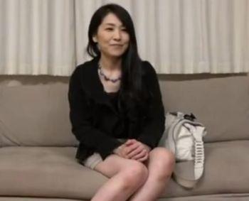 (熟女ナンパ)四十路のミニスカ黒髪美熟女をナンパしてインタビューww夫とのセックレスが悩みの淫乱人妻は中出しされて「もう一回♪」ww【Pornhub】
