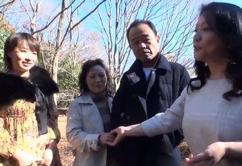 (夫婦交換)北海道旅行に来ていたフルムーン旅行の熟年夫婦をナンパしてスワッピングww即ハメ即ズボで中出し乱交やりたい放題ww【Tube8】