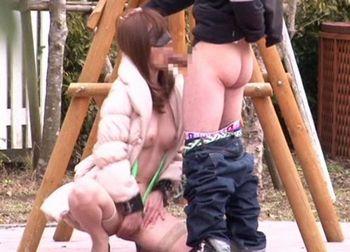 (澤村レイコ)寒空の下オッパイも股間も丸出しで公園に目隠しされ放置されていたのは母だった…息子に野外調教を懇願するドMな母【Share Videos】