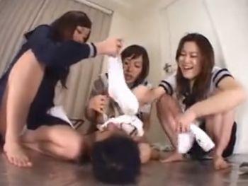(臭いフェチ)セーラー服の女子高生三人組からがくっさい靴下や上靴をドM先生の顔に押し付ける拷問プレイww【Pornhub】