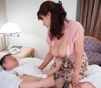 (巨乳熟女)ビジネスホテルの部屋で呼んだマッサージで来たのが巨乳の美熟女ww勃起しちゃってセンズリしてたら「内緒ですよ…」とww【Tube8】