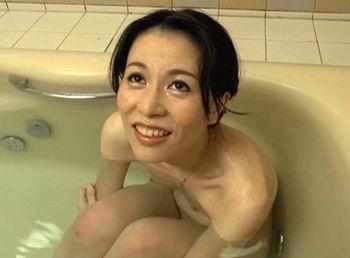(井上綾子)スレンダーな五十路美熟女が夫以外との久しぶりのセックスで理性を失う淫乱人妻…清楚なルックスにふさふさの陰毛…エロい【Tube8】