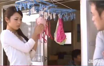 (桜井あゆ)多忙な夫とすれ違うスレンダー微乳のギャル若妻と奥さんに部屋を出ていかれ悶々とする隣人の男がイケナイ関係に…【Share Videos】