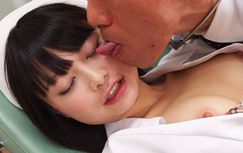 恥ずかしがり屋の黒髪美少女(咲田ありな)が新人ナースコスで診察台に乗せられてエロいドクターのエロ診察を受けて感じちゃってますw【xHamster】