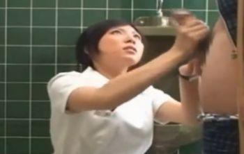 真面目なナースが多目的トイレの中で男性患者の溜まった精子を手コキで射精のお手伝い!そして、放尿もチンポに手を添えてお手伝い!【Pornhub】