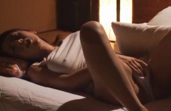 (藤下梨花)広い和室に一人で布団で寝ていた巨乳の奥様がムラムラとした性欲を抑えきれずに全裸になってオナニー!【xHamster】