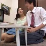 高学歴だけど彼氏がいなくて欲求不満な家庭教師のお姉さんがAVを一緒に観て生徒に勃起させてチンポに襲いかかるww【JavyNow】