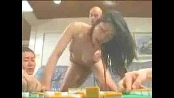 (友田真希)四十路で巨乳の熟女が麻雀している男たちの前で性処理の肉便器としてバックで激ピストンされまくる!【XVIDEOS】