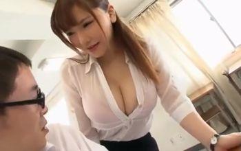 (沖田杏梨)むっちり爆乳ミニスカの女教師が一人の男子生徒に補習授業→おっぱい目の前で鼻息荒くなったので触らせてあげたら…【Pornhub】