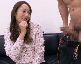 しごかれて血管浮き出て反り返るチンポを物欲しそうに見つめる巨乳の素人熟女お姉さんww【Pornhub】