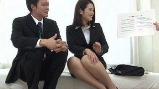 会社の女の先輩と男性社員にエッチなお題を出して監視する企画ww童貞の後輩に女性の体を教えてあげるために素股→チンポ入っちゃったww