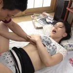 (井上綾子)夫には絶対にバレてはいけない息子とのイケナイ関係…声を出せない背徳のセックスがやがて快感になるスレンダーな熟れた母【Tube8】