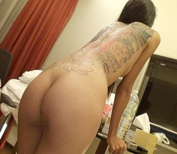 【アジアの天使】南国タイの美少女アーイはスレンダーなモデル体型で背中一面の入れ墨が目立つけど、恥ずかしがり屋で可愛いんですw【Tube8】