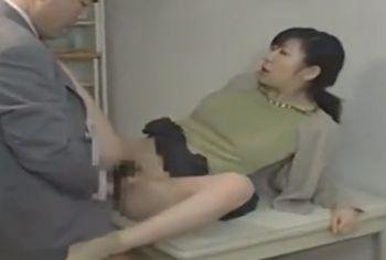 【ヘンリー塚本】不倫相手を自宅の部屋に招き入れた人妻は部屋に入るなりパンティを脱いでお尻を突き出す、まるで発情期の雌犬【Share Videos】