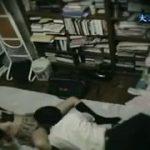 サラリーマンの男が自宅の部屋で女子高生との援助交際ハメ撮りww中出しして泣かせてしまうww