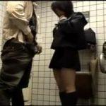 セーラー服の真面目そうな女子高生が多目的トイレの中でお小遣い稼ぎのために援交セックスww
