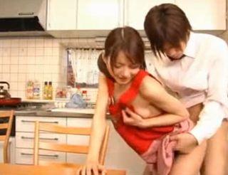 新婚ラブラブの若妻が朝から裸エプロンで夫とイチャイチャ→義父が覗き見「俺にもヤラせろー」ww