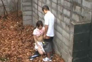 【盗撮】テニス部のカップル、性欲有り余る彼氏のために野外で手コキで抜いてあげる彼女→テニスウェアにザーメンついちゃったww
