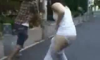 【いたずら】ラフな格好で歩いている若いお姉さんの後をつけ、思いっきりズボンを引きずり下ろしてダッシュで逃げるww