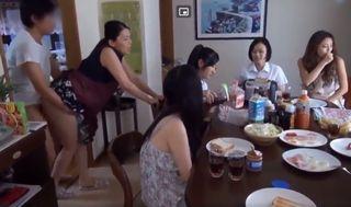 5人の年頃の娘たちの四十路母親、一人息子からチンポを挿れたままパンパン後ろから突かれながら家事をするのが日課なんですww