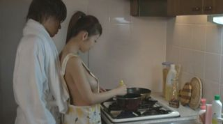 新婚カップルの夫がシャワーから出たら巨乳の若妻は裸エプロンで料理中ww「男の人はこういうの好きなんでしょう?」はい、好きですw