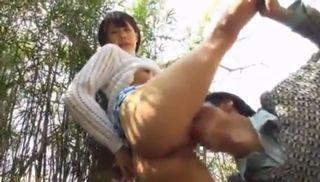 快晴の日、ショートヘアのお姉さんが海岸近くの竹林で野外露出&青姦プレイww大自然の中で放尿プレイもww