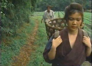 畑のあぜ道を歩くもんぺ姿の幼い少女がチンピラに青姦!泣きじゃくるが…後日また犯されながらも受け入れている自分に気づく少女…